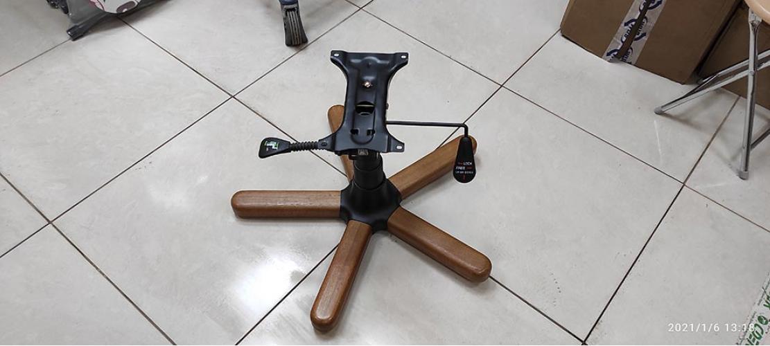 Замена газовой пружины у кресла руководителя у нас в офисе